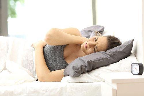 Bệnh đau bả vai và cánh tay có thể do ngủ sai tư thế