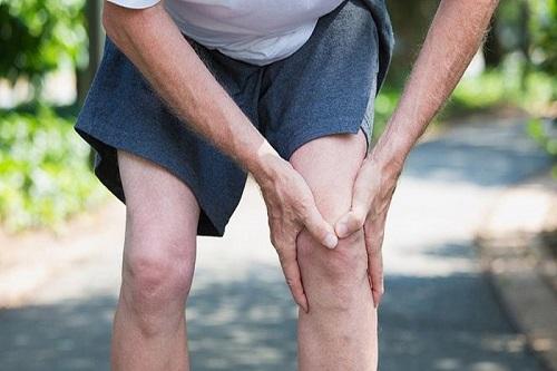 Khô khớp gối gây khó khăn trong vận động