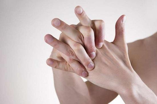 Bẻ khớp ngón tay thường xuyên có thể gây tổn thương khớp
