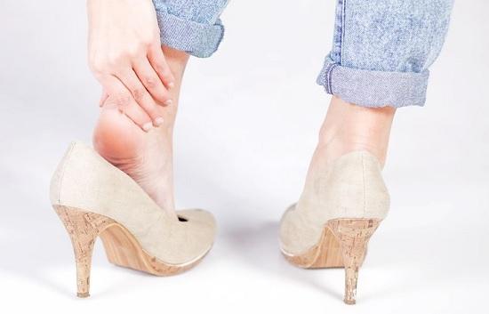 Mang giày cao gót ảnh hưởng rất nhiều đến xương khớp