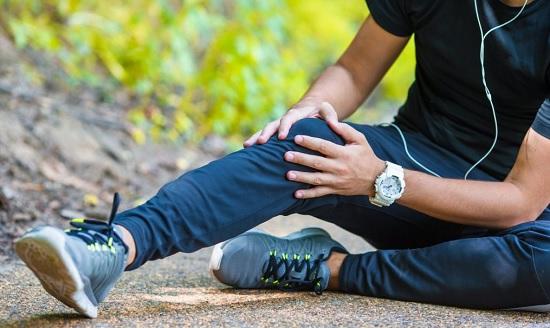 Khớp gối đau nhức là triệu chứng rất rõ rệt của bệnh