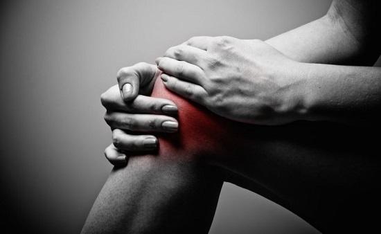 Khớp gối sưng tấy đỏ là triệu chứng thường gặp
