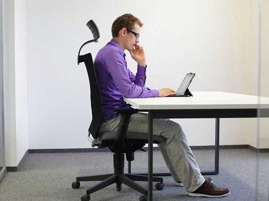Ngồi làm việc lâu 1 chỗ dễ làm đốt sống tổn thương