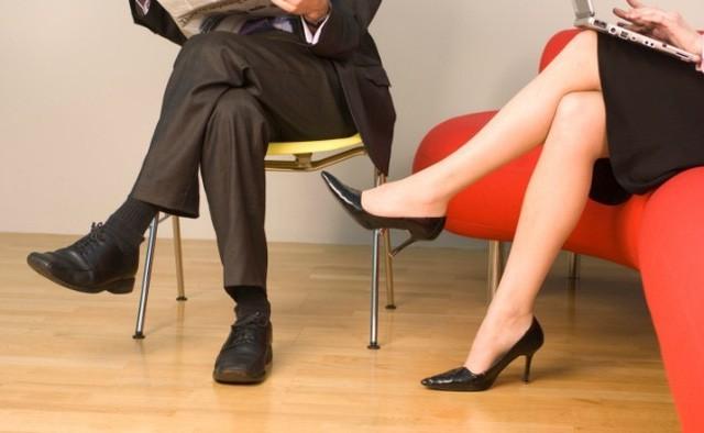 Ngồi vắt chéo chân sẽ tạo áp lực lên các vùng cơ đùi và gân