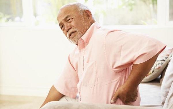 Tuổi tác cao cũng là lí do khiến cột sống dễ bị thoái hóa