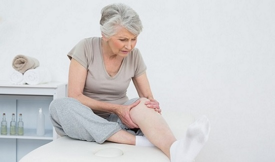 Thoái hóa cột sống có thể gây đau đầu gối bàn chân
